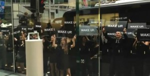 Samsung Stages Cheap 'Wake Up' Flash-mob Outside Sydney Apple Store